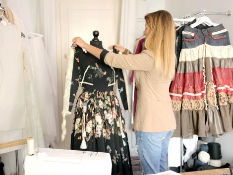 female-using-mannequin-for-sewing-PK382VNij